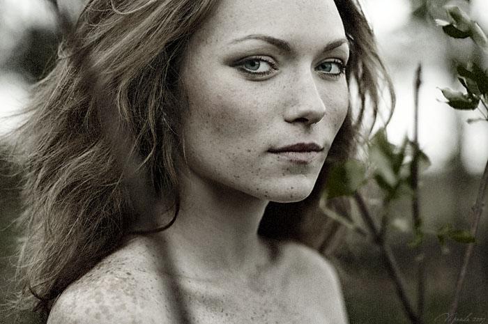 Absinthe | desaturation, nature, woman, freckles