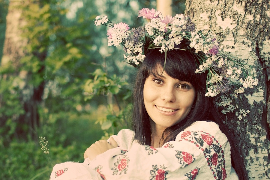Flower chain | brunette, nature, flower