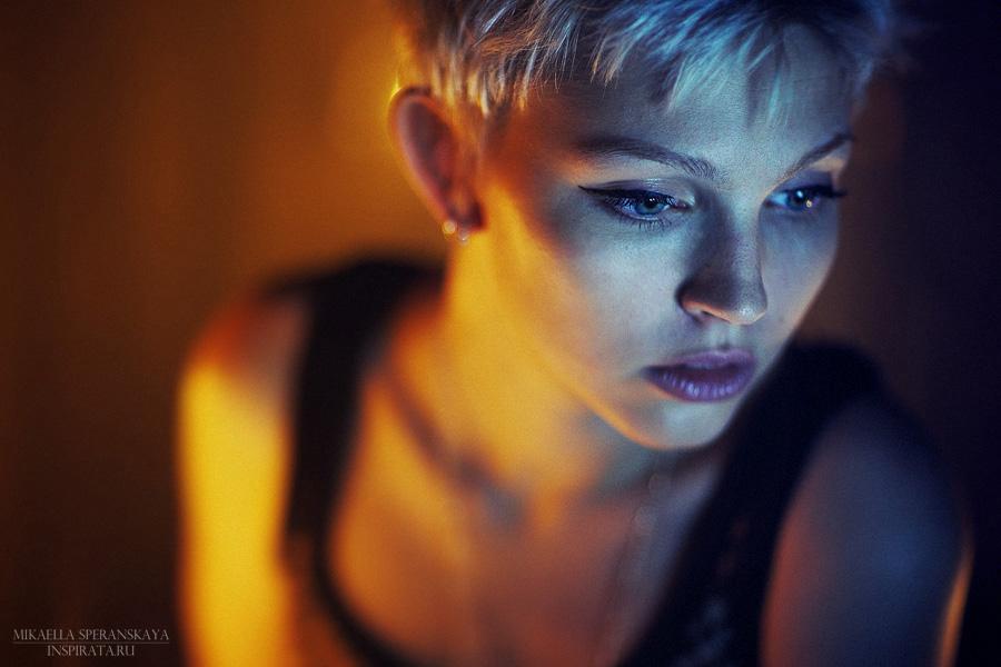 Evening portrait | blonde, stare, low key, half-turn, hairstyle