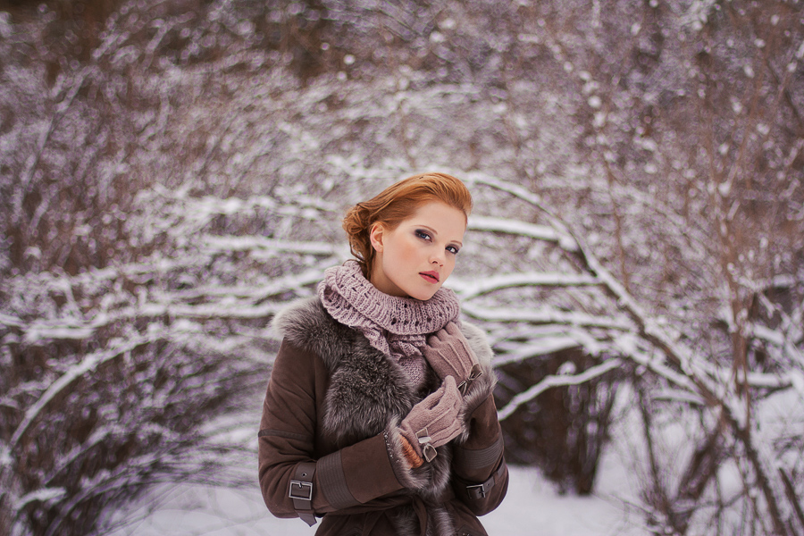 Winter mood | stare, gloves, half-turn, redhead, snow