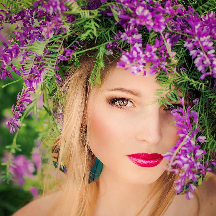 Make-up mater   red lipstick, suntan, lilac flower