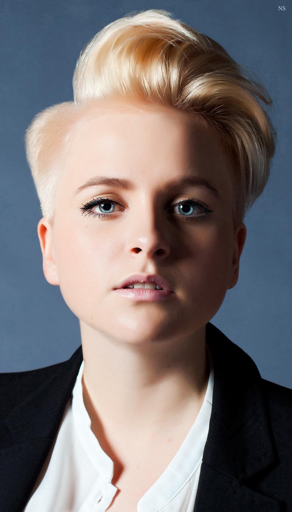 Manlike woman | manlike woman, blond, green eyes, full-face portrait