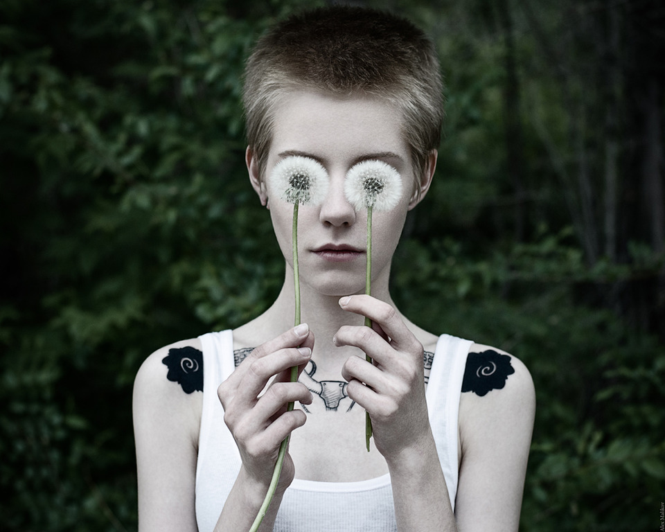 Dandelionn eyes | dandelion, tattooed girl, white skin, park