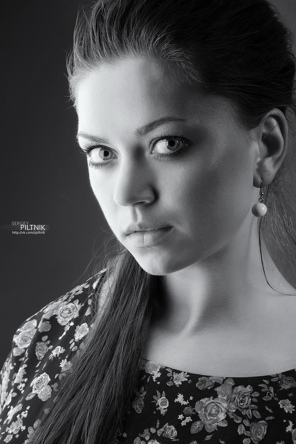 She looks like Mila | Mila Kunis, black & white, cute girl
