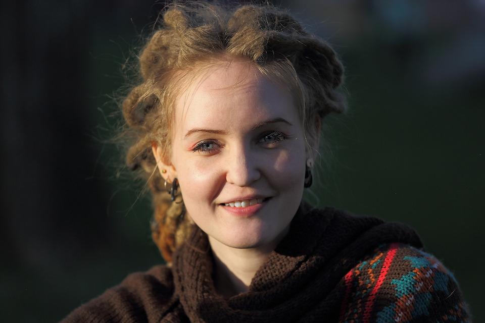 Strange looking girl | strange look, smile, dreads
