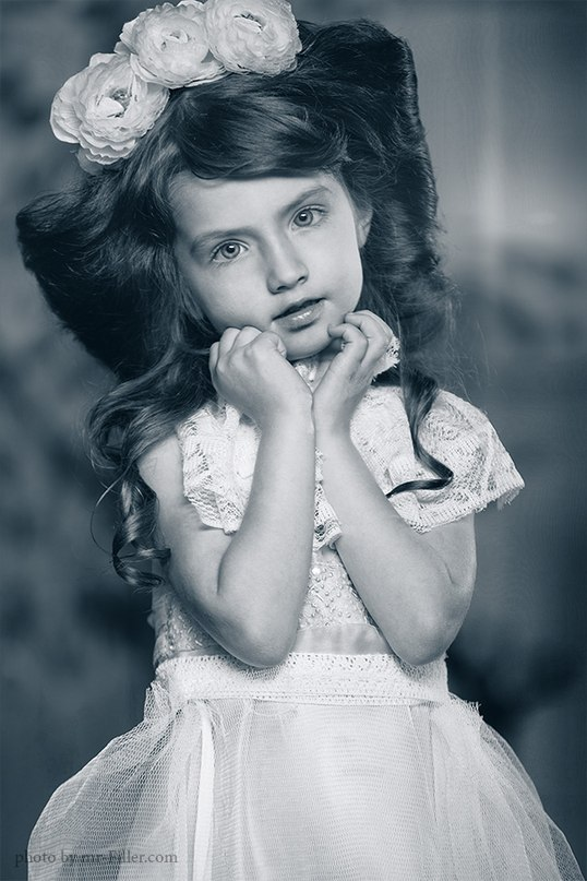 Photo from the past | little girl, bouffant, reses, black & white