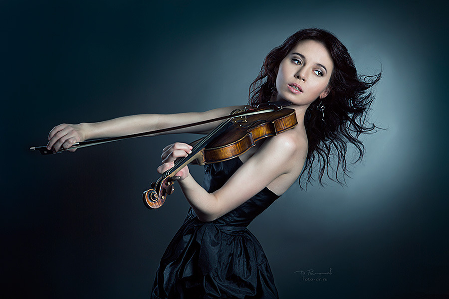 Violinist girl in short black dress makes some noise | violinist, musician, short dress, photoshoot