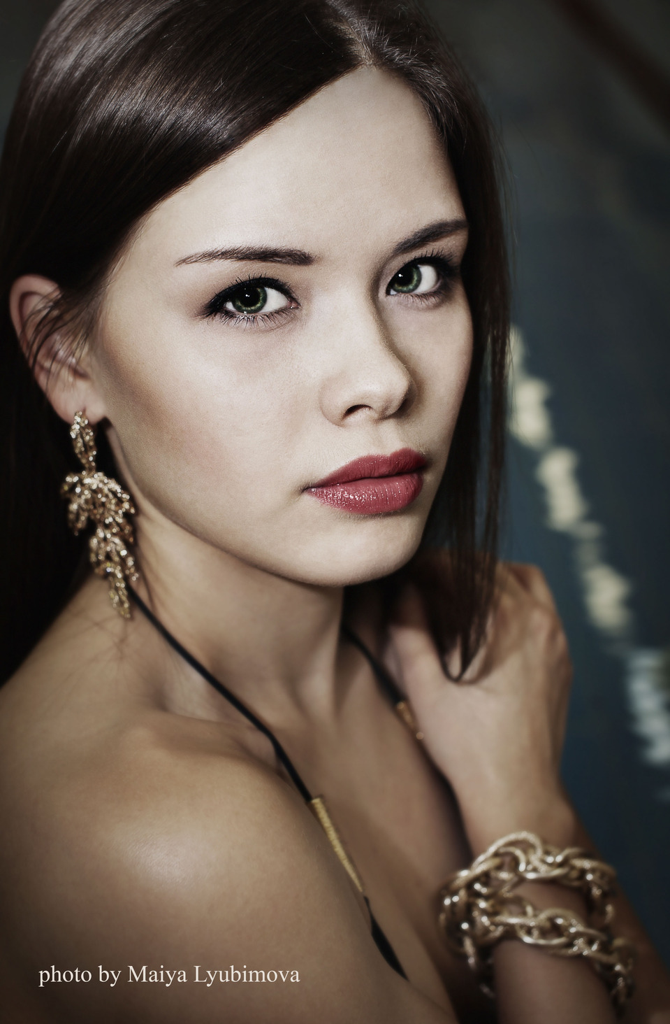 Beautiful girl with green eyes   portrait, model, girl, brunette, red lipstick, green eyes, perfect skin, ear-rings, bracelet, beautiful