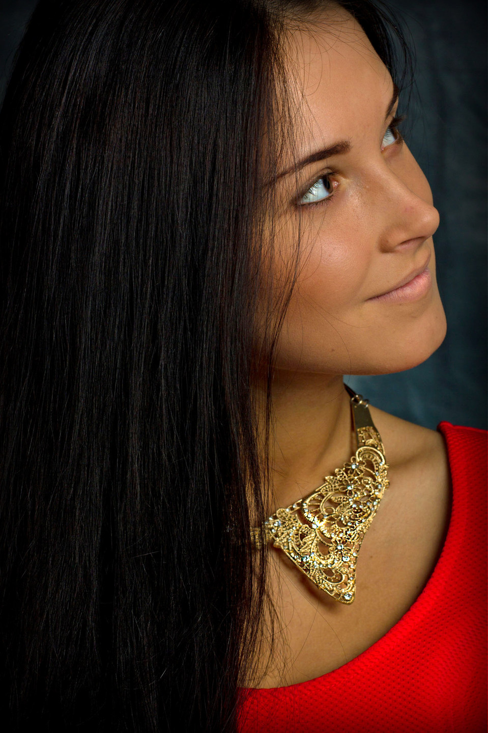 Girl wearing golden necklace | golden necklace, blue eyes, smile, red dress