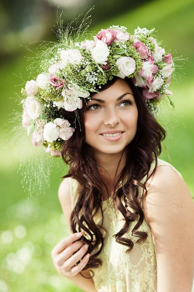 Girl wearing flower charplet | flower charplet, smile, pretty girl, environmental portrait