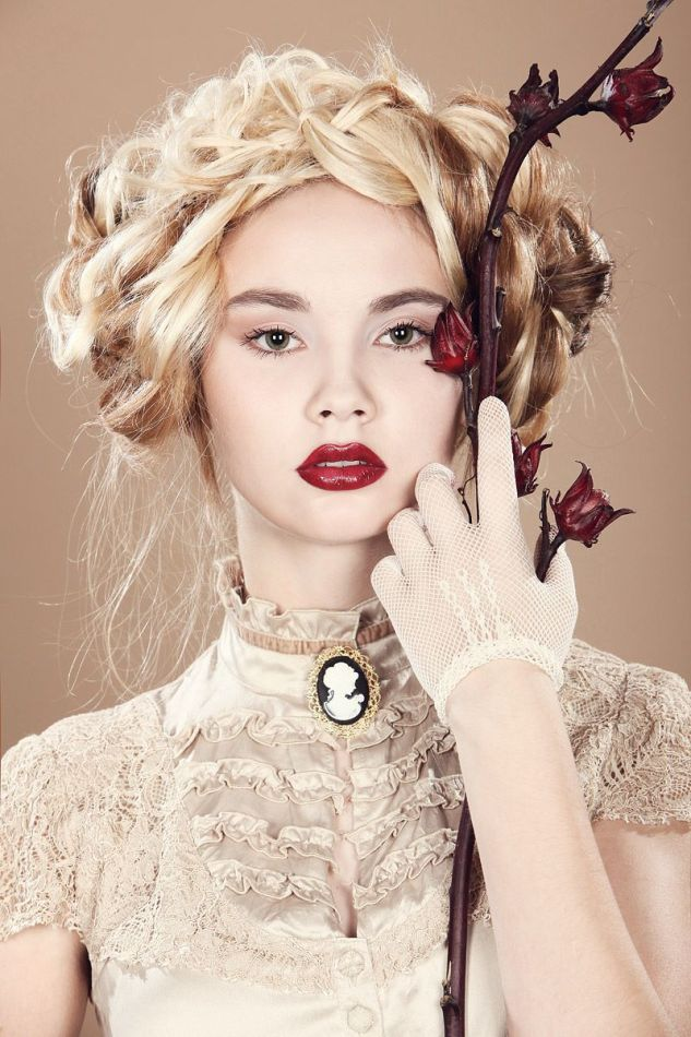 Old fashioned photo shoot | blond, branch, gloves, red lips