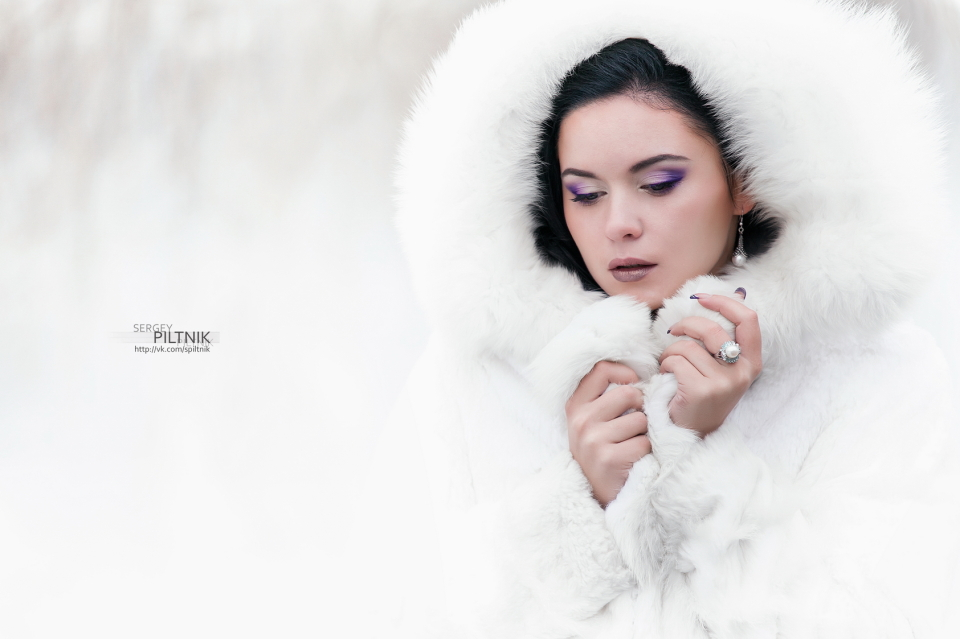 Pretty girl in the white fur coat | winter, fur coat, white, brunette, violet, earring, ring, fur, hair, bundle up