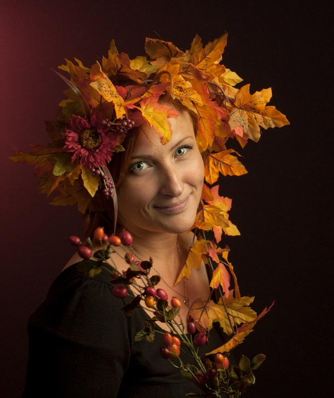 Woman with a hat made of a fallen leafs | maple leafs, woman, smile